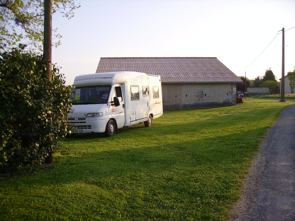 Aire camping-car à Vanzac (17500) - Photo 1